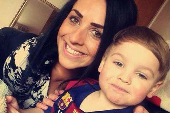 Menino de 3 anos ficou dois dias tentando acordar a mãe, que havia morrido (Crédito: Reprodução)