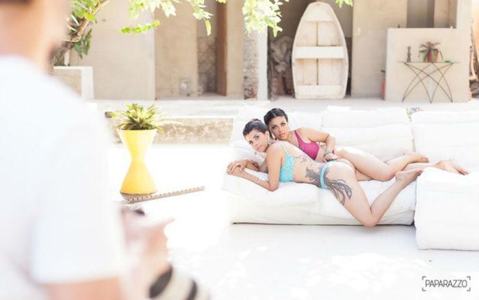 Camila Benfica e Karina Barros durante o ensaio para o Paparazzo