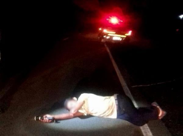 Flagrante do homem dormindo na rodovia (Crédito: Reprodução)