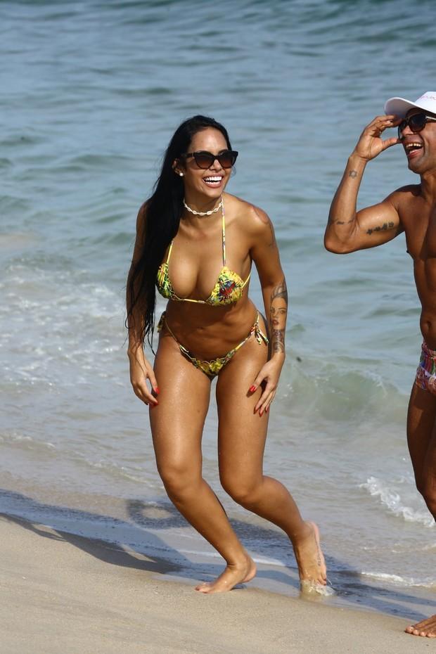 Mayara Motti em praia