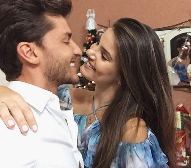 Klebber Toledo e Camila Queiroz trocam beijos