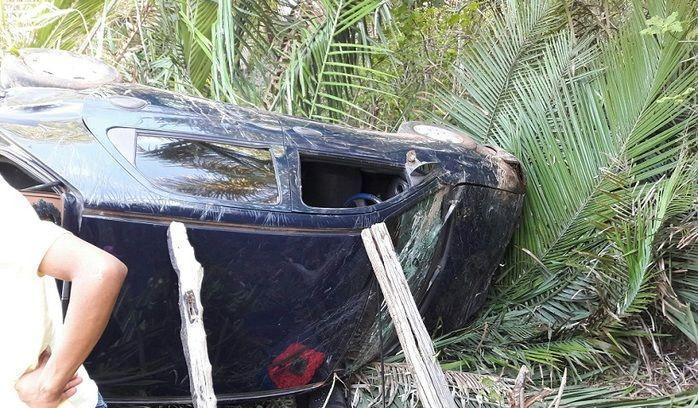 Motorista embriagado perde controle e capota carro em matagal