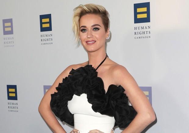 Katy Perry revela que rezava para não ser gay na adolencência
