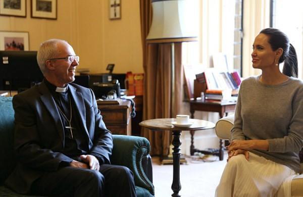 Jolie se encontra com arcebispo sem sutiã e causa polêmica na web