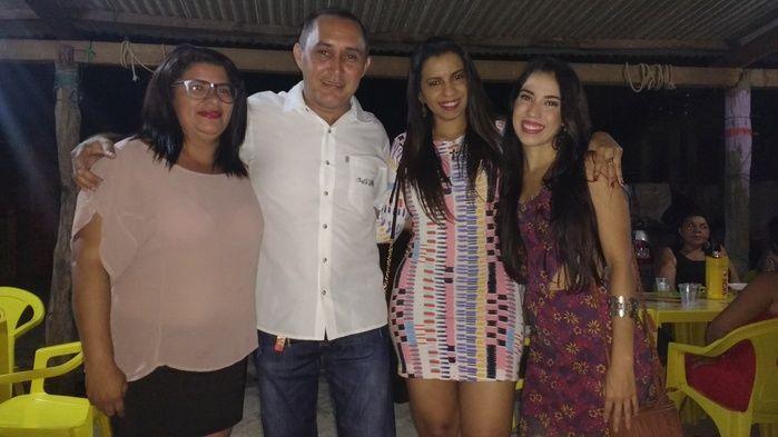 Aristeu ao lado de Elizete e suas amigas (Crédito: Edilene Lima)