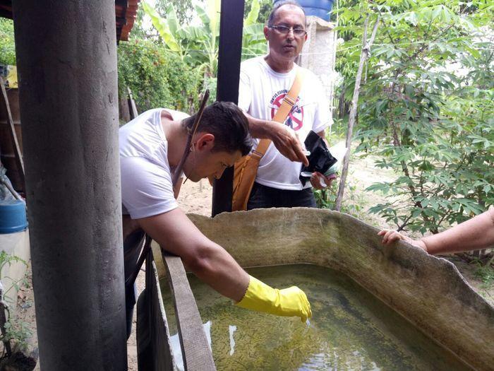 Equipes vistoriam locais com água parada