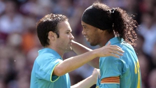 Iniesta exaltou a passagem de Ronaldinho Gaúcho pelo Barça (Crédito: Getty)