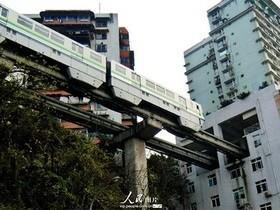 Imagens de trem passando por dentro de edifício diverte internautas