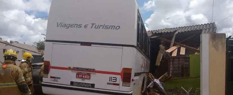 Ônibus invade casa após motorista perder controle da direção