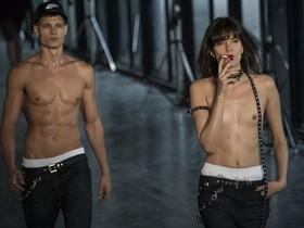 Rebecca Gobbi, modelo que desfilou com seios à mostra, faz desabafo