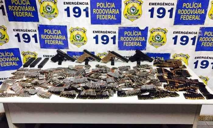 Polícia apreende armas e munição escondidos em painel de carro
