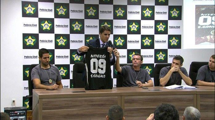 Delegado Fábio Cardoso exibe camisa de Diego, torcedor do Botafogo assassinado