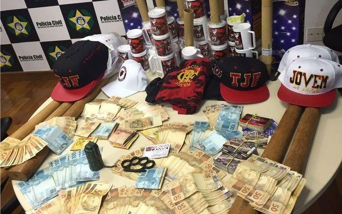 Dinheiro, explosivos e material da torcida organizada do Flamengo foram apreendidos