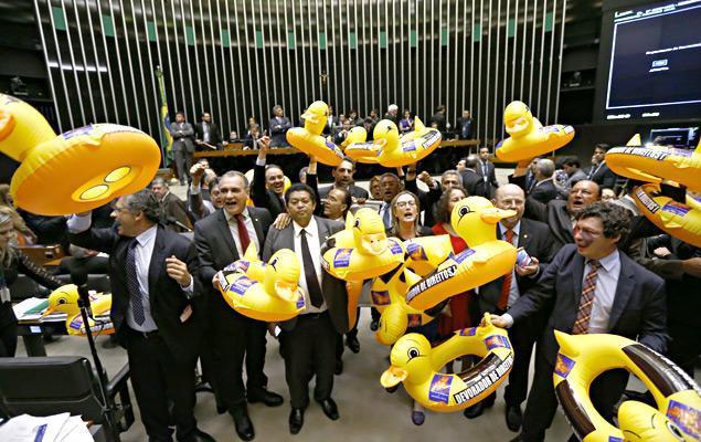 Deputados da oposição com patos infláveis em protesto contra projeto de terceirização