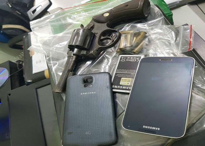 Arma e o celular pertecentes ao major Mayron (Crédito: Polícia Militar)