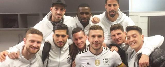 Podolski é homenageado por jogadores após se aposentar da seleção