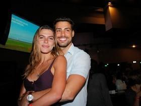 Cauã Reymond e Mariana Goldfarb curtem show em clima de romance