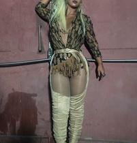 Valesca Popozuda arrasa com look decotado em show no Rio