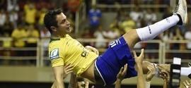 Falcão marca e se emociona no seu adeus à Seleção Brasileira