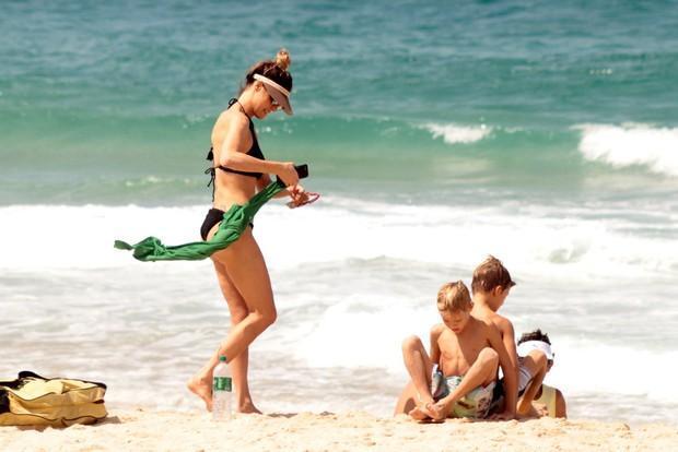 Fernanda Lima curte praia com família (Crédito: Agnews)
