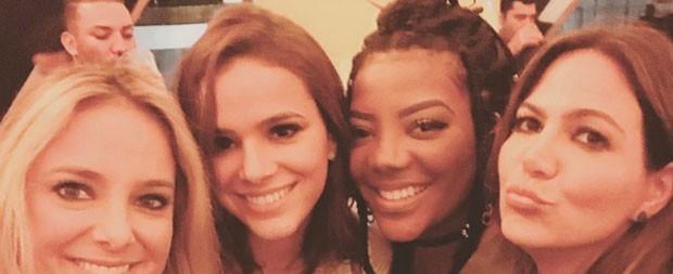 Bruna Marquezine curte balada com famosas após shows do Lolla