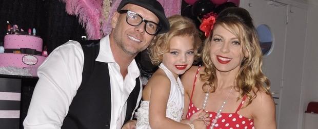 Sheila Mello é criticada na web após vestir filha de Marilyn Monroe