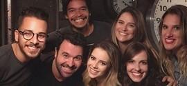 Sandy e Junior Lima reencontram atores do seriado da dupla