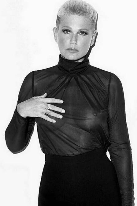 """Xuxa é chamada de 'velha' responde seguidor: """"Aceita que dói menos"""""""