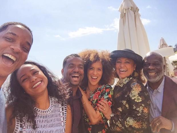 Will Smith reúne elenco de série e fãs vão a loucura