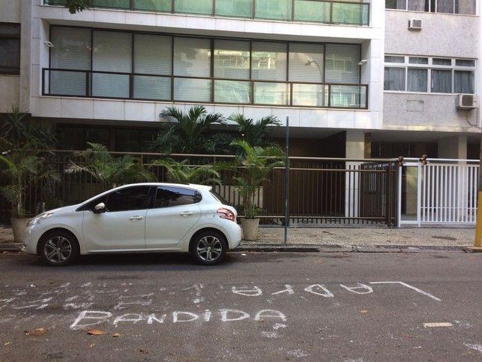 Protestos na porta do prédio onde mora Adriana Ancelmo