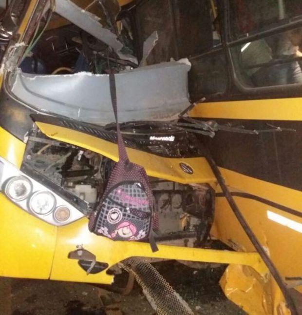 Colisão entre ônibus escolares deixa 7 mortos