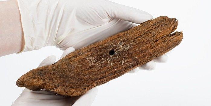 Barquinho de madeira foi encontrado embaixo de poço (Crédito: Reprodução)