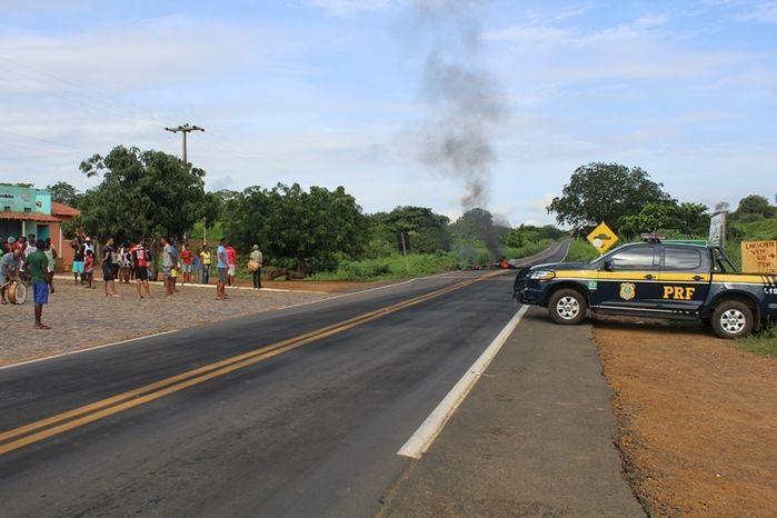 Manifestantes Bloqueiam BR 230, na Altura da Comunidade dos Potes - Imagem 2