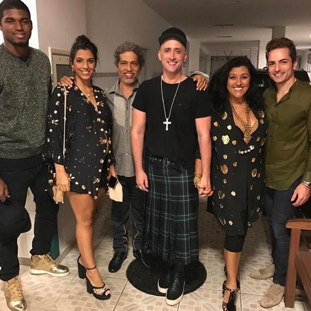 Anitta comemora aniversário com presença de famosos