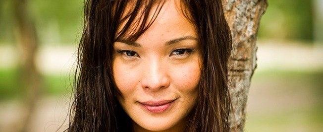 Carol Nakamura posa de topless em ensaio sensual