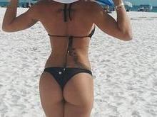 Bella Falconi posa de costas e exibe bumbum durinho
