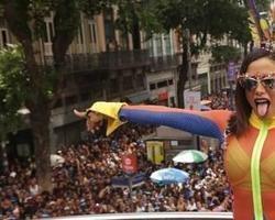 Anitta reúne famosos e arrasta multidão para o Bloco das Poderosas