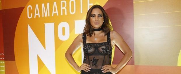 Anitta usa look sensual transparente com parte dos seios à mostra