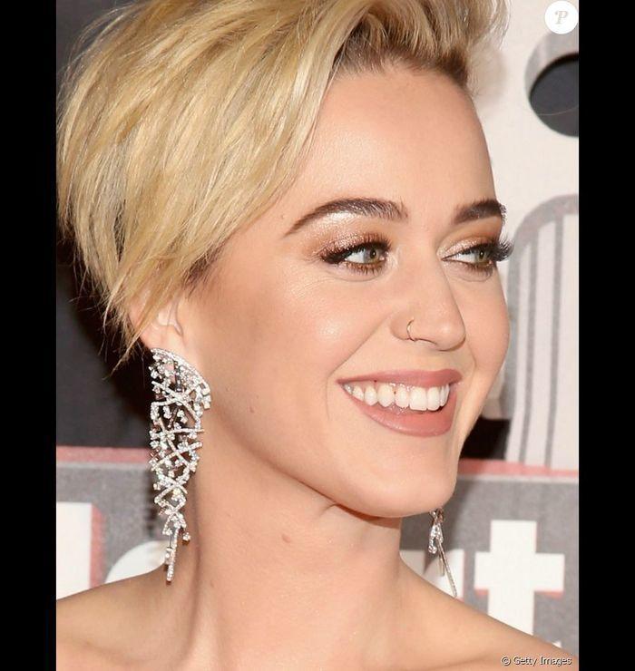 Katy Perry exibe dentes sujos em prêmio e reclama por não ser avisa