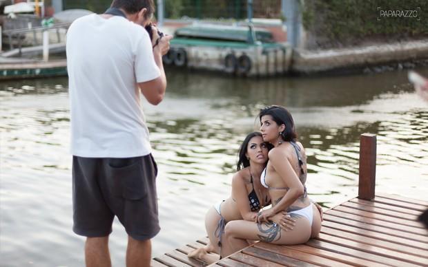 Camila Benfica e Karina Barros em ensaio para o Paparazzo (Crédito: Reprodução)