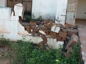 Motorista perde controle na entrada da cidade e derruba muro