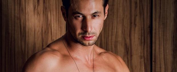 EX-BBB Emanuel Milchevski fica peladão em ensaio sensual