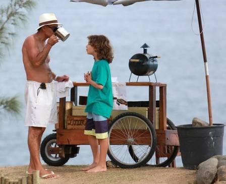 Mário Gomes vendendo sanduiche na praia