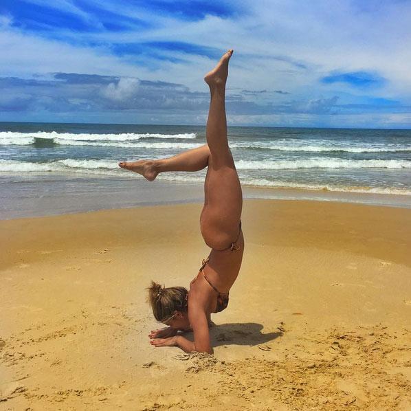 Mari Antunes em praia