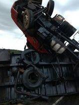 Caminhão carregado de madeira tomba próximo a cidade de Jacobina-PI