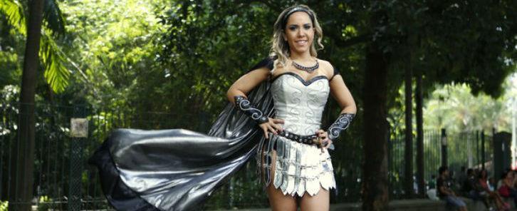 Mulher Melão visita Feira Medieval e elogia luta de espadas