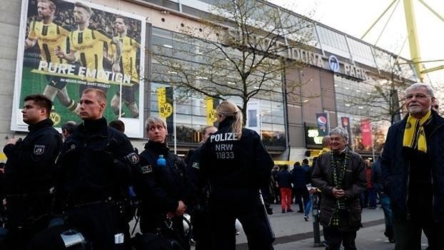 Polícia em frente ao estádio do Borussia Dortmund (Crédito: Getty)
