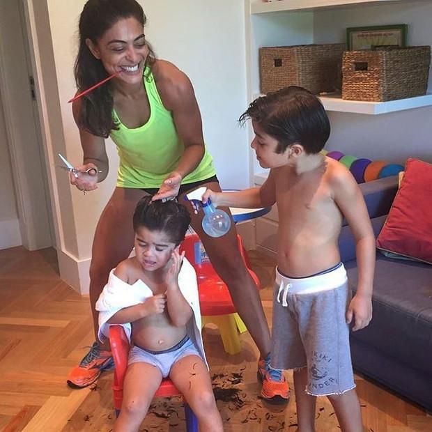 Juliana Paes aproveita folga e ataca de cabeleireira