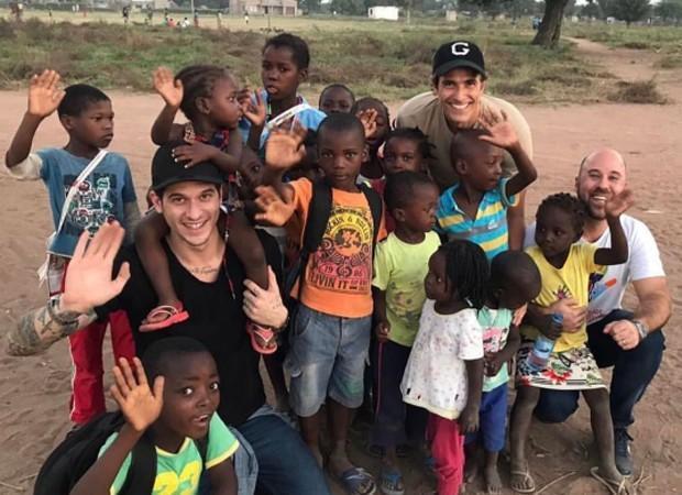 Reynaldo Gianecchini visita trabalho da ONG Fraternidade Sem Fronteiras