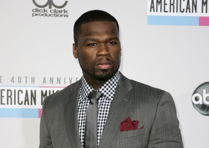 Rapper 50 Cent perde a razão e dá soco em mulher em show
